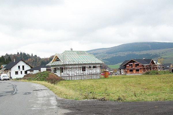 Popri ceste smerom do Roháčov stál dva roky dozadu jeden dom. Dnes ich tam je minimálne päťkrát viac.