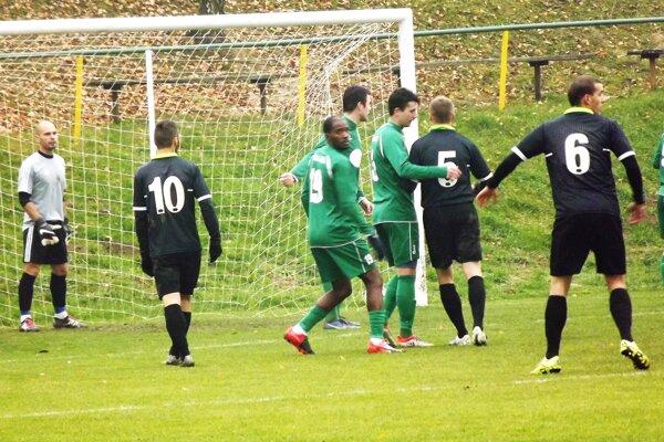 """Súboj dvoch """"veľkých"""" vyhrali domáce Ludince (v čiernom) nad Mederom , keď museli po obrátke otáčať nepriaznivý stav 0:1."""