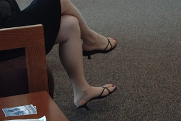 Noha prehodená cez nohu síce pôsobí elegantne, ale ak takto sedávate často a dlho, vašim žilám to neprospieva.