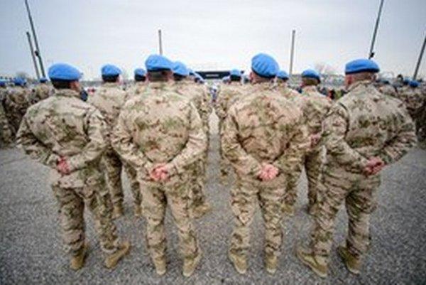 Naši vojaci pred odchodom na Cyprus.
