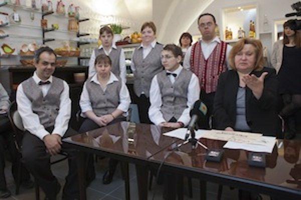 Milý kolektív pri aprílovom otvorení kaviarne po trojročnej rekonštrukcii: pri stole sedí (zľava) Tibor, Janka, Martin a PhDr. Viera Záhorcová, za ktorou stojí Juraj, Michaela a Petra.