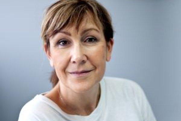 Narodila sa v roku 1963 v Bratislave. Vyštudovala Lekársku fakultu Univerzity Komenského. Je dlhoročnou detskou zubnou lekárkou, dnes ordinuje v neštátnej ambulancii na poliklinike v Ružinove. Je vydatá, má dve deti, žije v Bratislave.