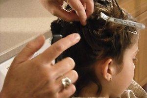 Deťom treba kvôli výskytu vší vlasy pravidelne kontrolovať.