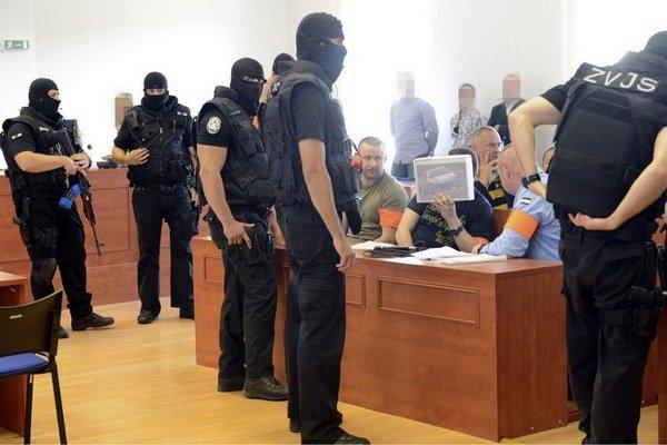 Miroslav Abrahám si na súde zakrýval tvár.