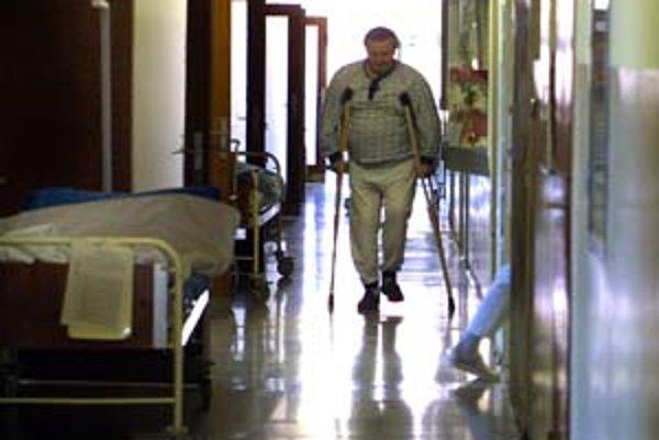Osteoporóza, vďaka ktorej utrpia mnohí ťažké zlomeniny, nie je len problémom žien po menopuaze, ale aj starších mužov.