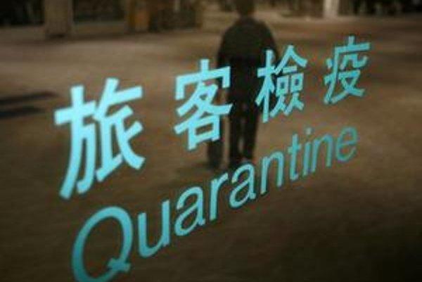"""Cestujúci prechádza okolo nadpisu """"karanténa"""" na Taiwanskom medzinárodnom letisku."""