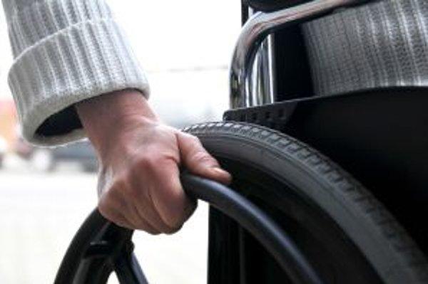 Pacientom s osteoporózou hrozia aj pri menších pádoch vážne zlomeniny bedrovej či stehennej kosti, po ktorých je až 20 percent postihnutých odkázaných na profesionálnu zdravotnícku alebo starostlivosť svojich blízkych.