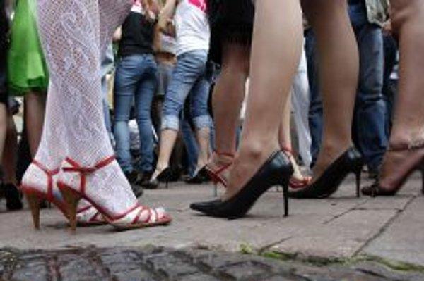 Jedným z rizikových faktorov chronickej žilovej nedostatočnosti je aj nosenie tesného oblečenia a topánok s vysokými opätkami. Týmito zdravotnými problémami sú ohrozené najmä ženy a obzvlášť tie, ktoré boli viackrát tehotné, užívali hormonálnu antikoncepc