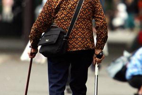 Niektorí starí ľudia nevedia, že môžu získať pomôcku hradenú zo zdravotného poistenia. Najhoršie sú na tom tí, ktorým s vybavovaním nepomôže napríklad rodina.