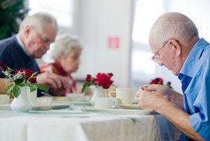Strava seniora má byť menej energeticky náročná a rôznorodá. Správne je rozumne znížiť množstvo, aby sa nezjedené nepokazilo. O to viac treba dbať na kvalitu.