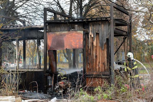 Požiar budovu úplne zničil.