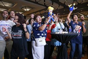Podporovatelia Donalda Trumpa vo Phoenixe sa radujú z prvých výsledkov.