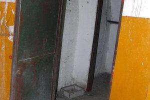 Interiér jedného z troch bunkrov.V pravom hornom rohu dverí je niečia ruka.