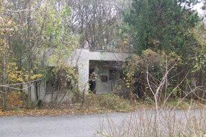 Súčasťou areálu je tiež niekoľko menších objektov. Aj tie sú zničené.