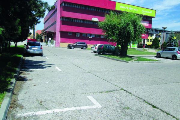 V centre mesta je po spoplatnení viac parkovísk voľných.