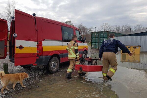 Pomoc hasičov. Vodu sa podarilo dostať z výbehov prostredníctvom čerpadla.