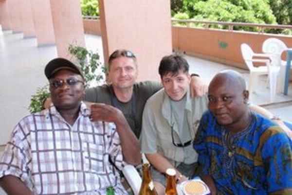 Georges Gansé, Ľubomír Skuhra a Juraj Šebo si v Benine užívali pri pive horúce africké slnko.
