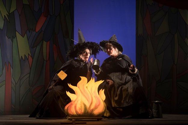 Beáta Drotárová (vľavo)a Adriana Krúpová. Jedna ako čarodejnica Babka Zlopočasná, druhá ako čarodejnica Starenka Oggová.