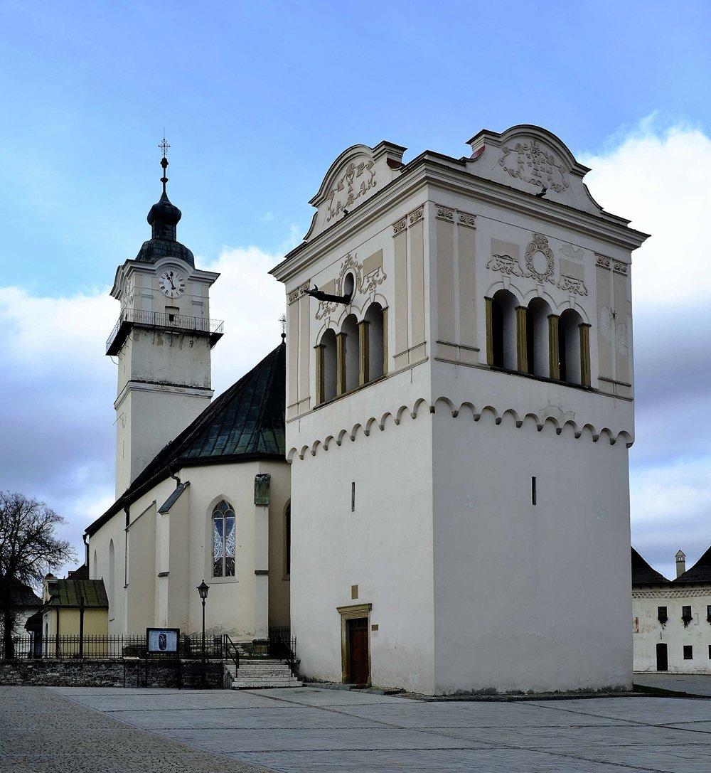 Na snímke renesančná zvonica z roku 1598 a Kostol svätého Juraja.