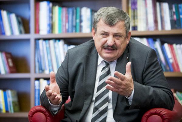 Poslanec SNS Anton Hrnko hovorí, že šéf ÚPN Ondrej Krajňák si vymýšľa.