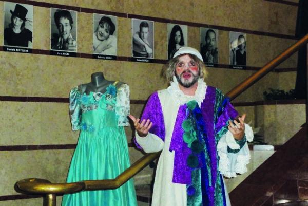 Inscenovanou prehliadkou v DAB bude sprevádzať divadelný škriatok – Martin Šalacha.