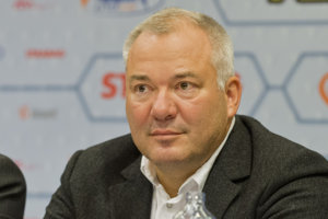 Vlastník Medical group Juraj Koval je spolužiakom suseda Pavla  Pašku Dušana Macha,od  ktorého firmu kúpil.