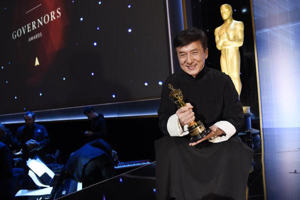 Jackie Chan so svojou oscarovou soškou