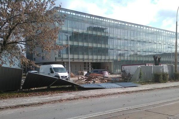 V Košiciach na Ulici Boženy Němcovej zvalil vietor časť plota pri Technickej univerzite.