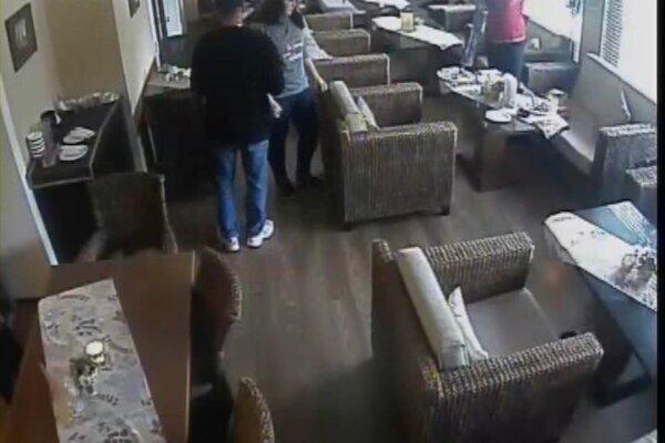 Muža zachytili aj kamery.
