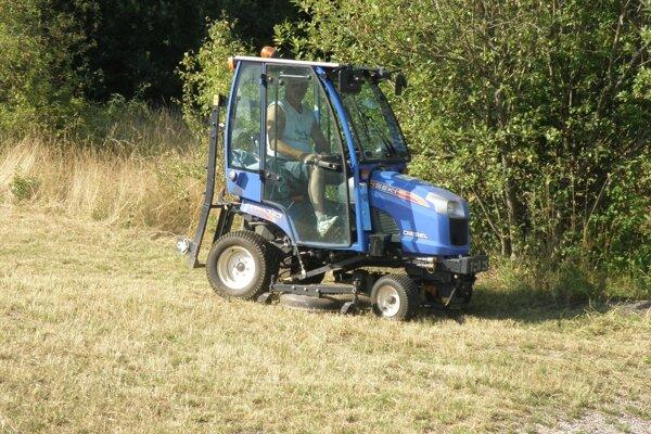 O trávnaté plochy v Prievidzi sa starajú technické služby.