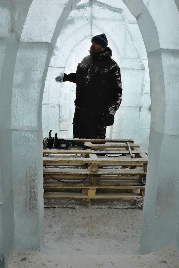 Kontrola ľadových gotických oblúkov  počas výstavby Ľadového dómu na Hrebienku.