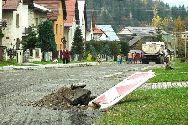 Firma musela cestu na Radovej ulici vyfrézovať.