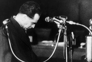 Generálny tajomník ÚV KSČ Rudolf Slánsky pred súdom v roku 1952. Dostal trest smrti a popravili ho krátko po procese.