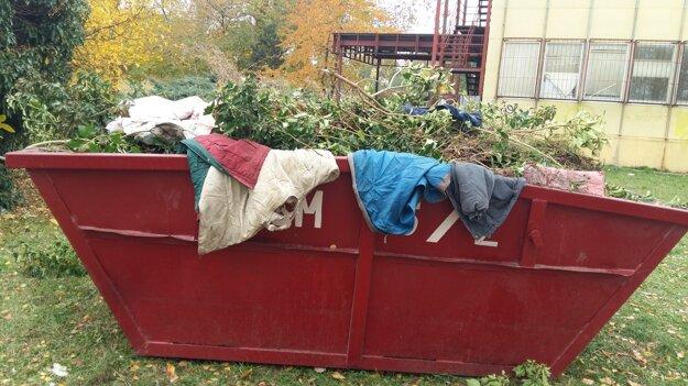 Veci po bezdomovcoch zaplnili celý kontajner