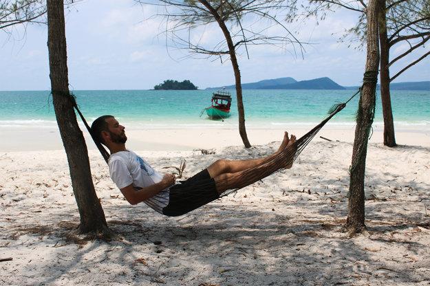 K cestovaniu patrí aj oddych. Na pláži v Kambodži.