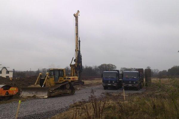 Na mieste stavby sú už mechanizmy, začali sa prvé práce.
