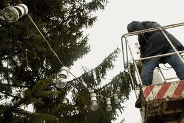 V centrách miest budú stromčeky ozdobené žiarovkami.