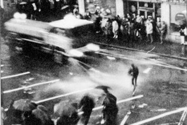 Súdruhovia sa z hotela Carlton pozerali, ako na Hviezdoslavovom námestí  policajti rozháňajú pokojný dav.