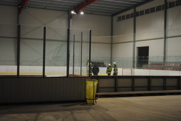 Namiesto hokejistov boli na ľade hasiči.