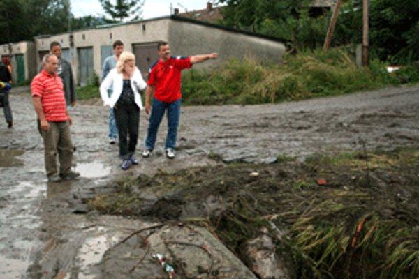 Premiérka Iveta Radičová navštívila Handlovú v čase augustových záplav.