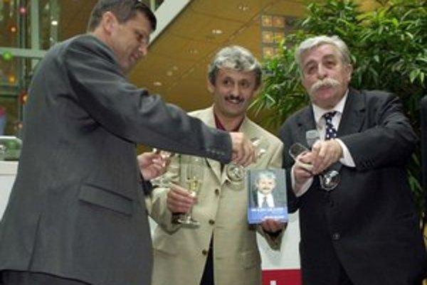 V roku 2002 pokrstil Peter Šťastný spolu s Júliusom Satinským knihu Mikuláša Dzurindu Kde je vôľa, tam je cesta.