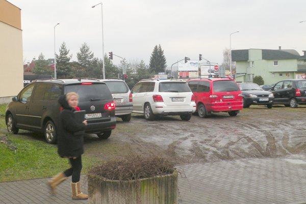 Pozemok nemá vjazd vsúlade scestným zákonom astavebný úrad jeho využívanie ako parkovaciu plochu nepovolil.