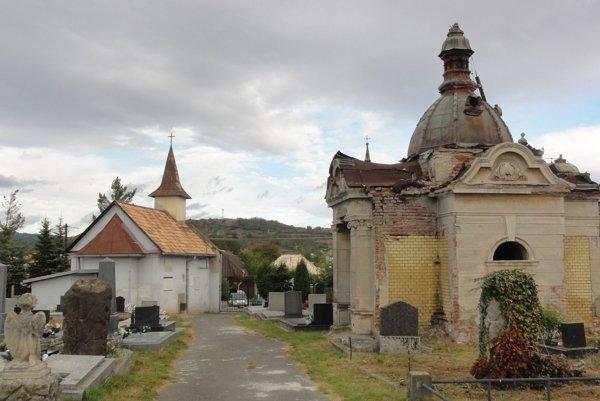 Hrobka rodiny Plachých pred rekonštrukciou.