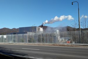 Elektráreň na drevnú biomasu v súčasnosti budujú protihlukovú stenu.