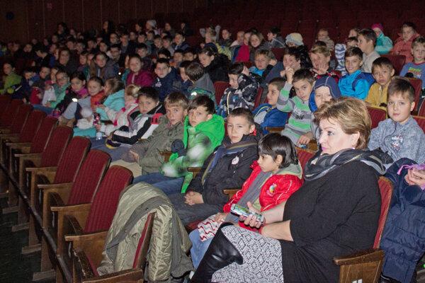 Počas festivalu. Filmy si pozreli stovky žiakov.