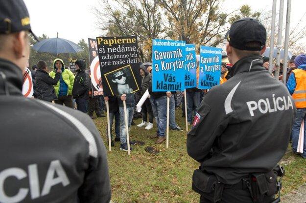 Na priebeh protestov dohliadala polícia.