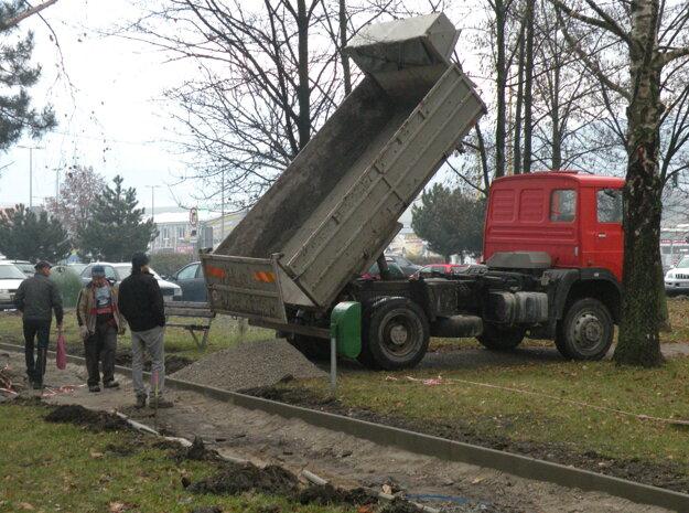 Mesto tvrdí, že nechce zničiť trávu a zeleň, ale práce sa bez toho zrejme nezaobídu.