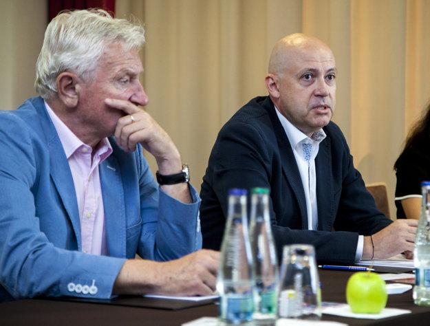 Biznismen Anton Siekel (vpravo)  má vo voľbách SOV podporu súčasného prezidenta Františka Chmelára (vľavo).