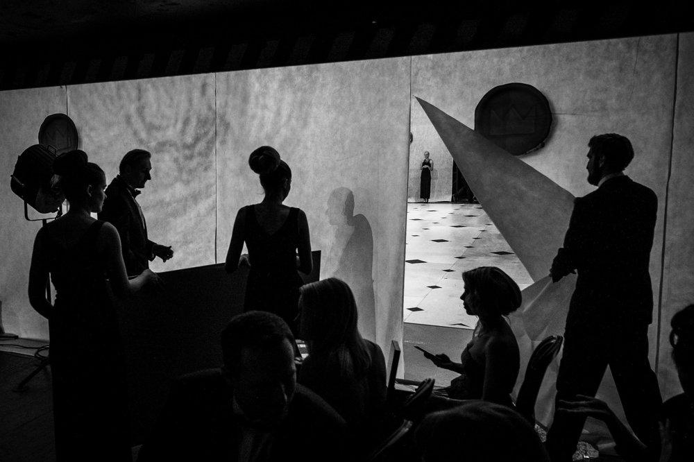 UMENIE: Vojtěch Hurych,  voľný fotograf – Zákulisie Plesu v Opere. Jeden zo sponzorov práve vchádza na scénu charitatívnej dražby Plesu v Opere. Celkový výťažok bol venovaný v prospech fondu UNICEF.