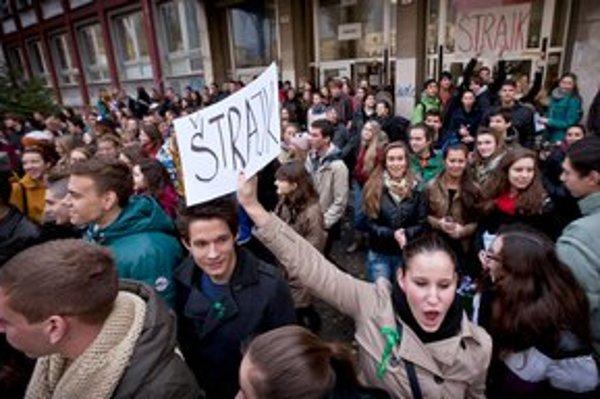 Keď poľavila väčšina učiteľov, štrajk podporili aj študenti.